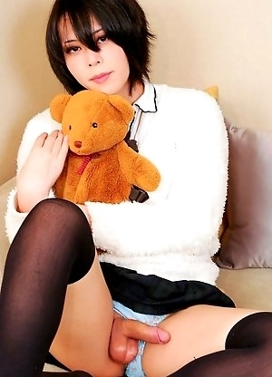 We are extremely proud to present newhalf starlet Makina Hoshinome to the site today.
