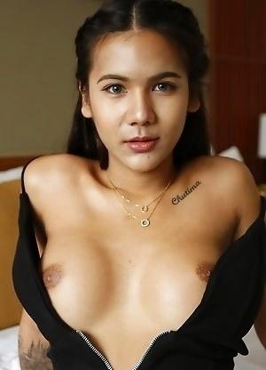 20yo Thai newhalf Mickey sucks off white tourists cock